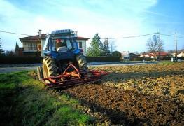 Travail du sol avant la plantation de la haie afin d'affiner la terre en superficie